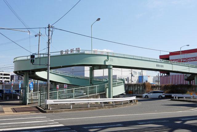 自転車も通れる、ゆるやかなループ状の歩道橋。こういう形はおそらく全国にいっぱいあって、さほど珍しくはないものと想像するが、