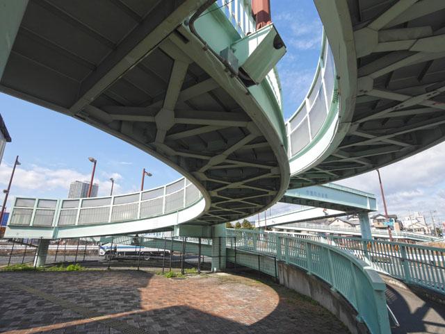 待ってました! と言わんばかりの迫力。「庭窪第二歩道橋」と同じような形状をしているが、こちらの方が全長はでかい