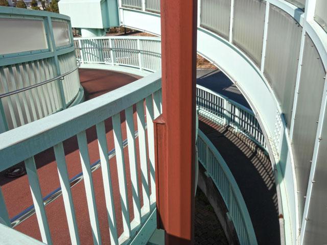 歩みを進めていくと、さっき自分が通ってきたスロープを隙間から見ることができる。不思議の迷宮に迷い込んだようなこの感覚。歩道橋ラビリンスである