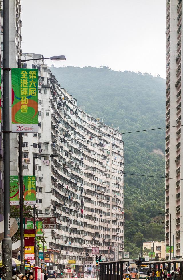 Tai Koo駅を出て西を向いたら、声が出た。なんですか、あのやんわりと魅力的に湾曲したでかいビルは!