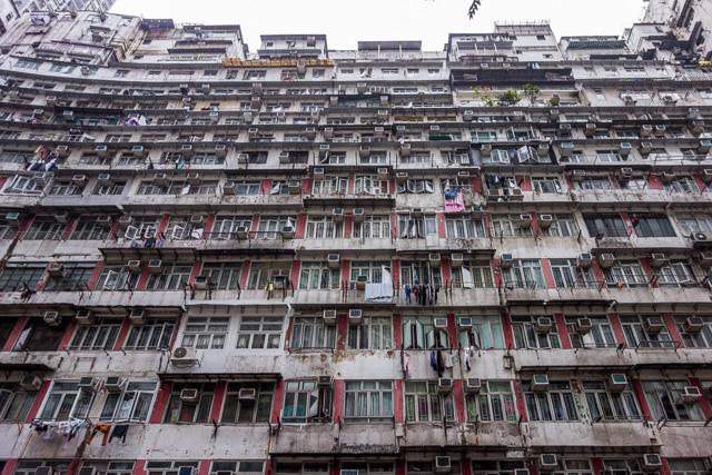 それにしても、屋上建築が3階建てぐらいになってる、というのはあまりにも大胆だ。だって、それってもはや「ビル」ではないか。屋上建築に屋上が出現するって、屋上建築の無限後退が起こりはしないか。