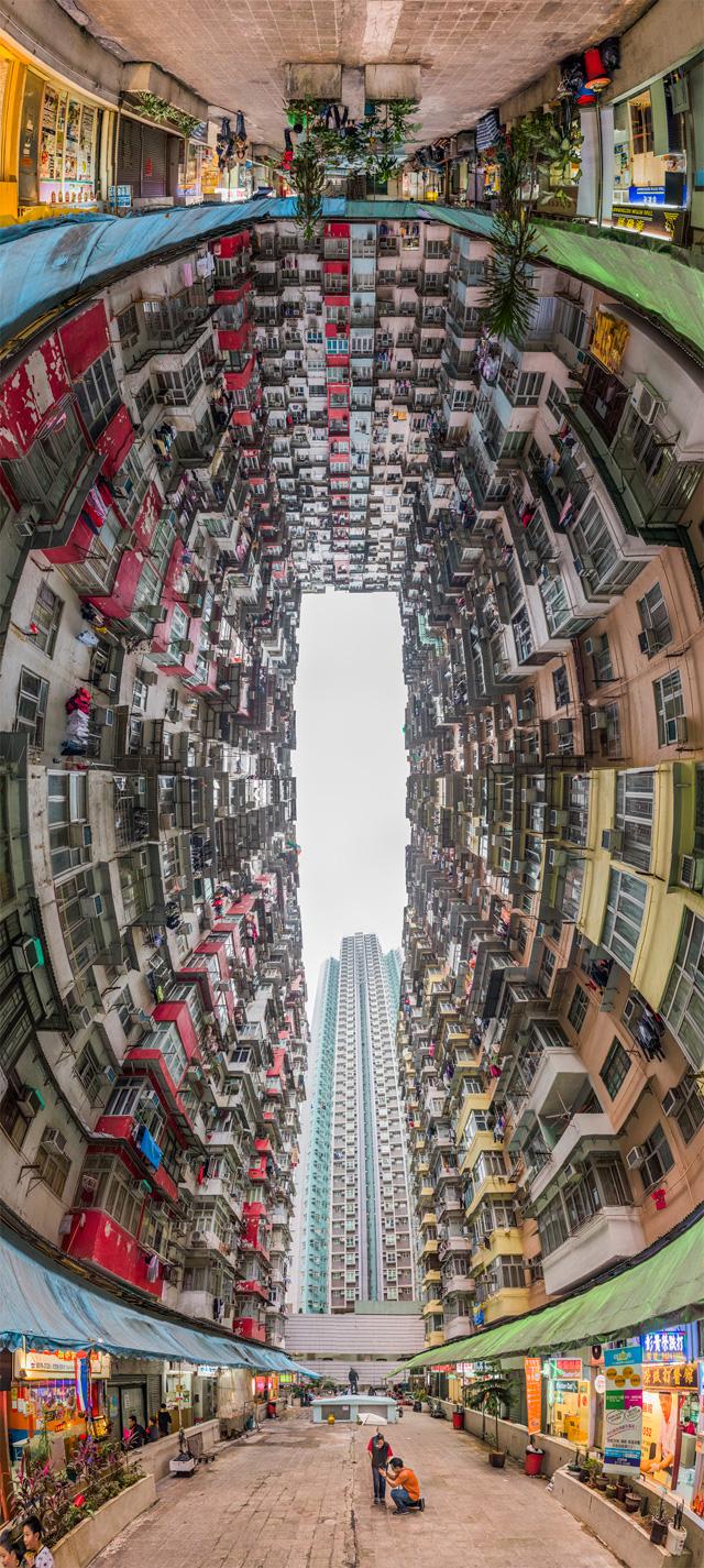 前後180度見渡すと、こんな(全天球画像は→こちら)。1階部分はいわゆる「団地商店街」。