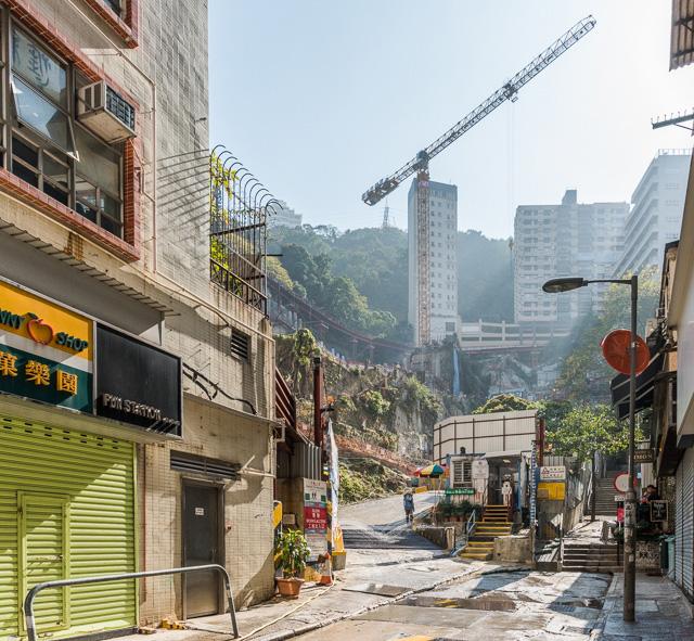 市内を歩いていると、いろいろなところでダイナミックな崖が顔をのぞかせる。それが香港という街。