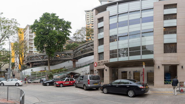 画面右の建物。道路に面してエレベーターがあるのがわかる。一見、このビルのためのものに見えるが…