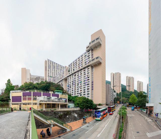 これが問題の団地「裕興楼」。注目いただきたいのは、棟の中程やや上に、一本だけ横に走っている通路。