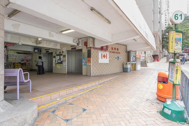 まず道路に面してエレベーターがある。バス停もすぐ前にある。