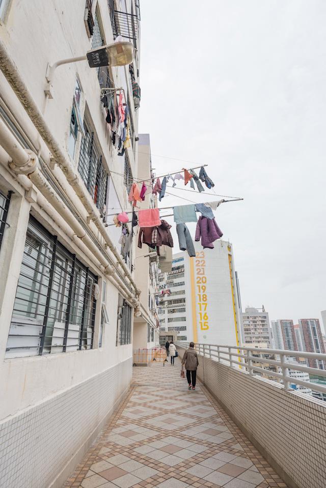 「公共通路」的に人が行き交う。街灯も付いている! (それにしてもこの洗濯物の干しっぷり、いい)