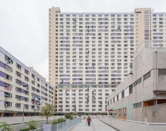 17階の通路を抜けて敷地に入ると、そこに高層団地がどーんと建っている。高い斜面に高い建物。