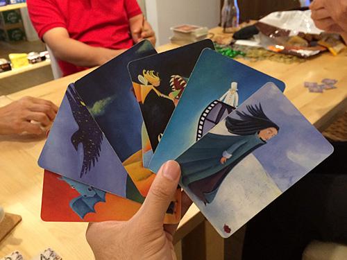 たとえば親が右の絵を出すなら、「向かい風」とか「雪の女王」とか「オールバック」とかタイトルを決める。