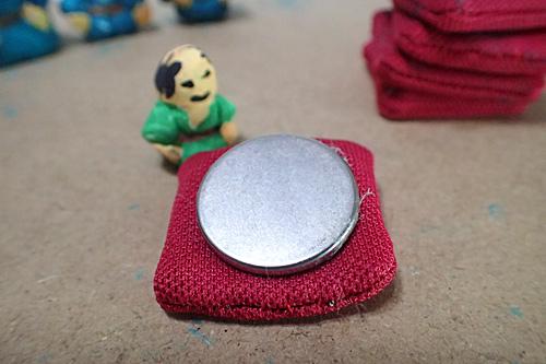 座布団の中には磁石を入れておきます。