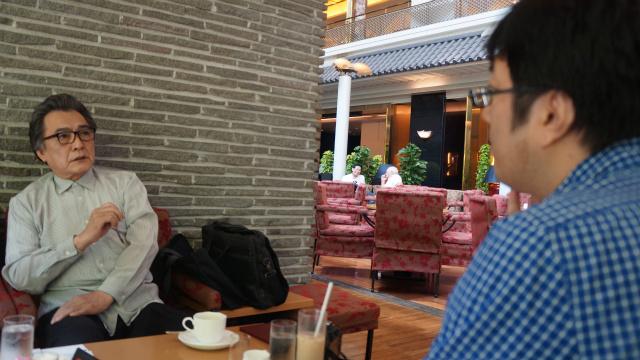 ファミマの入店音にも使われるチャイムの作曲者、稲田康さんにインタビューする西村さん