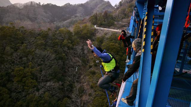 時には橋から飛び降りるのもライターの仕事