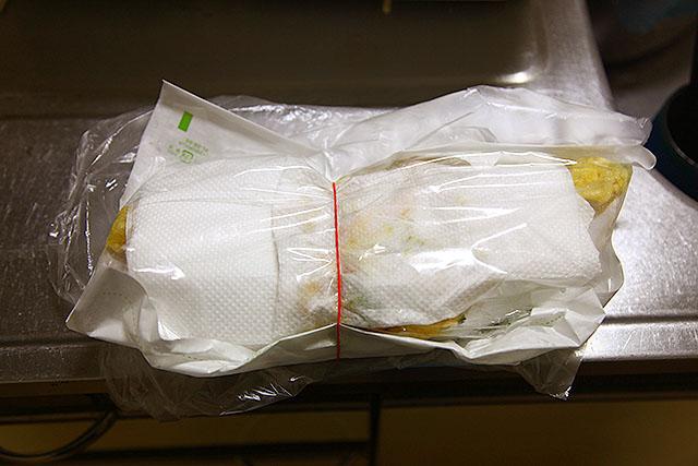 天ぷらを買ってきました。もちろん半額です。一晩かけて油を抜きます。