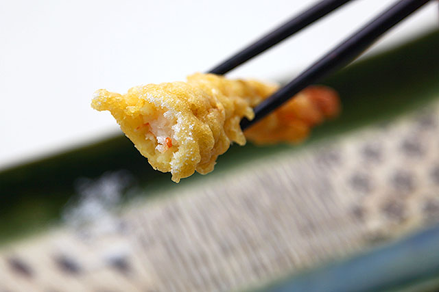 塩でいけます。スーパーの天ぷらとしては画期的なうまさです。