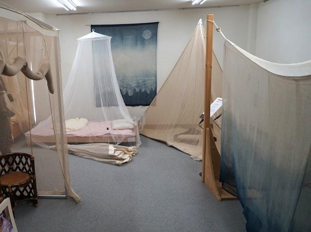 所狭しと並ぶ蚊帳達、ここは蚊帳の外。