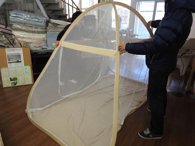 メッシュのテントのような感じ。底生地が付いているのでムカデも侵入できない。