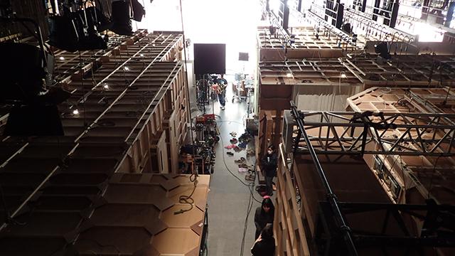 上から見たスタジオ内。板張りの建物一つ一つが撮影セット。