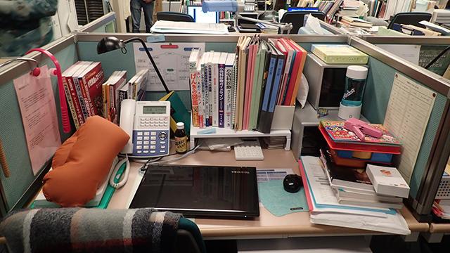 ヒロイン・壇上深冬先生の机。ここから何が読み取れるか?
