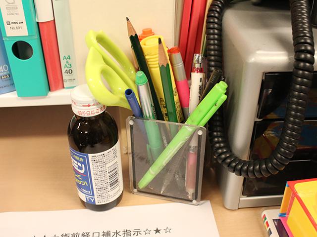 三菱鉛筆『プロッキー』にゼブラ『マッキー極細』と、やたらマーカー好きな先生もいる。水性と油性を使い分けてる?