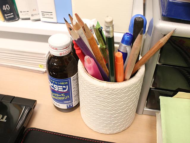 こちらは鉛筆がメイン筆記具の先生。あと、どの机にもドリンク剤の瓶があって若干引く。