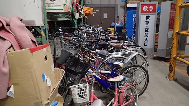 自転車や病院の看板も小道具。