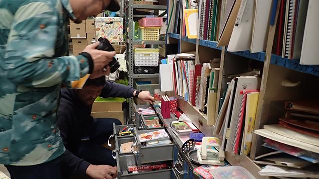 棚にぎっちり仕分けられた文房具の数々。上の棚はノート置き場。
