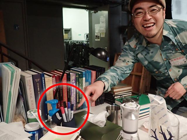 ここ、ここ。机の奥の方に置いてます。沖田先生の部屋のシーンになったら注目。