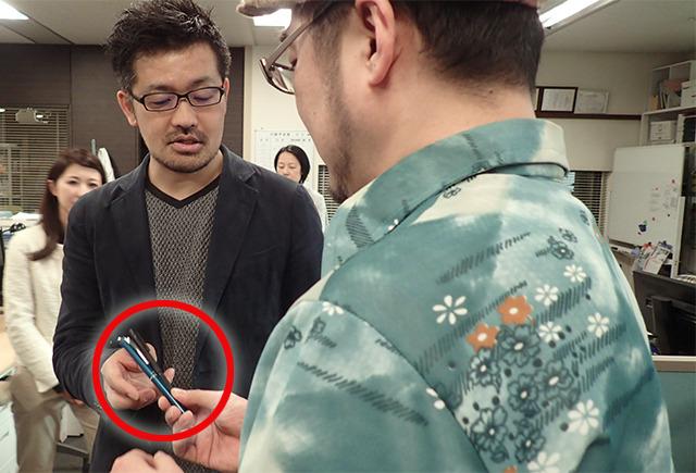 沖田先生の胸ポケに挿してもらいたいペンを託します。