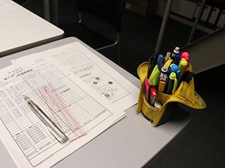 これは小道具じゃなくて、ドラマスタッフさんの筆箱。三菱鉛筆『スタイルフィット』が