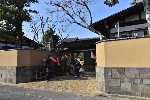 江戸川区にある春花園。荘厳な感じの入り口だ。普段こないような場所なので緊張してきた。