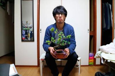 悔しいから盆栽と良い写真撮ろうと思ったら、逆に何やらかすかわからない系の怖い人みたいな写真になってしまった。狂気を感じる。