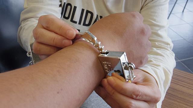 手首周りが太めなため、手錠の強度が心配される