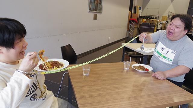 奥様がスパゲッティを食べようとすると引っ張られる旦那さま