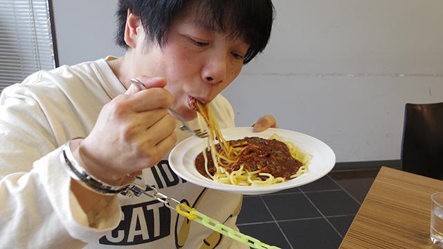 旦那さまを引っ張りながらスパゲッティを食べる奥様