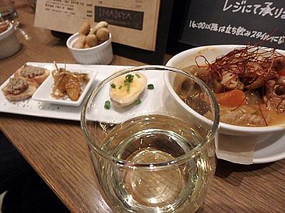 日本酒あるなら日本酒飲むよね。モツ煮と煮玉子、レバーペースト、茹で落花生などと共に。