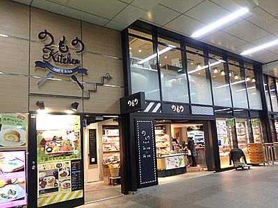1階が物産の店。2階がキッチン。東日本の美味しいもの揃っています。