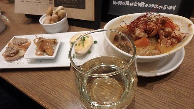 改札を出なくてもこんな料理と酒が楽しめます。140円の小旅行