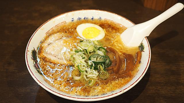 お、美味しそう! 3日間煮込んだという濃厚スープ。看板写真からはわからなかったが大量の背脂が浮いている。