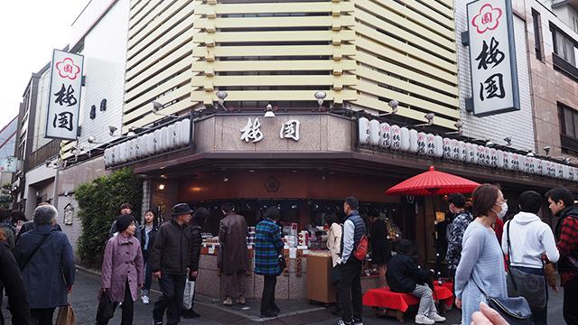 梅園は浅草のガイドブックには必ずといっていいほど出てくる和菓子店。あわぜんざいの元祖だ。