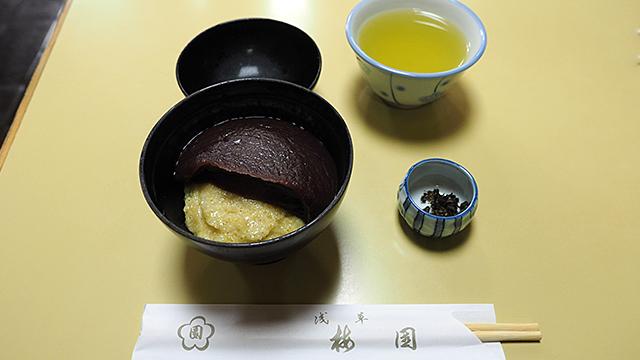 お椀サイズのあわぜんざい(777円)。予想より小さい。横にあるのはシソの実の塩漬け。