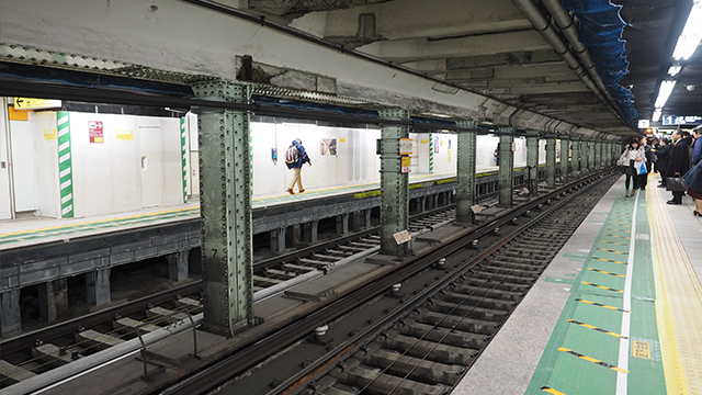 さて、ひとつ進んで隣の田原町駅ホームへ。柱の汚れに歴史を感じるなー。
