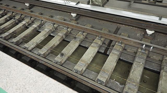 レールの下には地下鉄らしく、染み出てきた水を排水するところがある。知らなかった。これが見えるのは銀座線だけ?