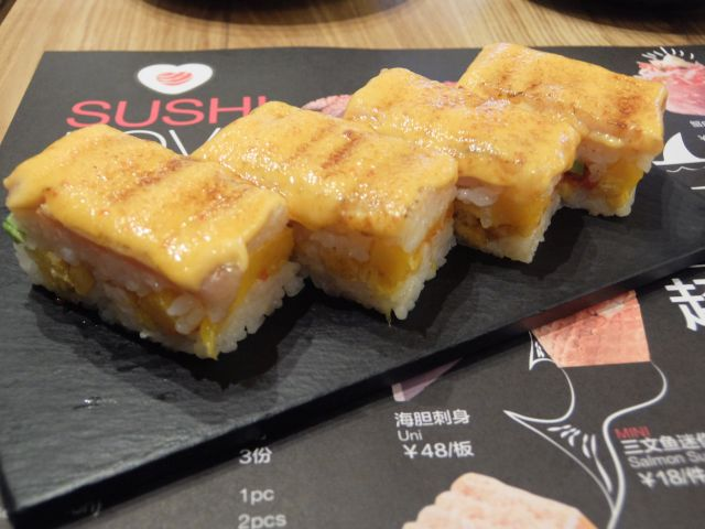 三文魚熱浪千層。4貫で40元。 上はサーモンだけどチーズをかけたり、中にマンゴーやアボガドが入ったり。