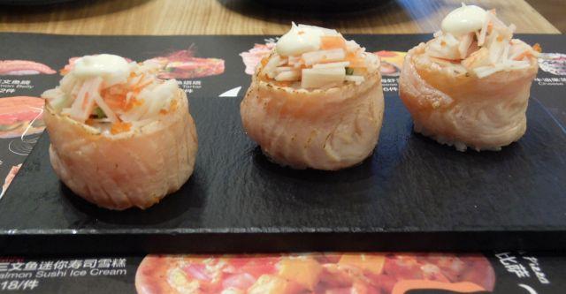 蟹肉三魚彩虹巻。3貫で30元。 海苔の代わりにサーモンなんだけど、これはときどき中国では見かけるもの。サーモンの色が違ってちょっとがっかり。上には蟹肉や蟹子、さらには醤油を打ち消すマヨネーズを乗せた。