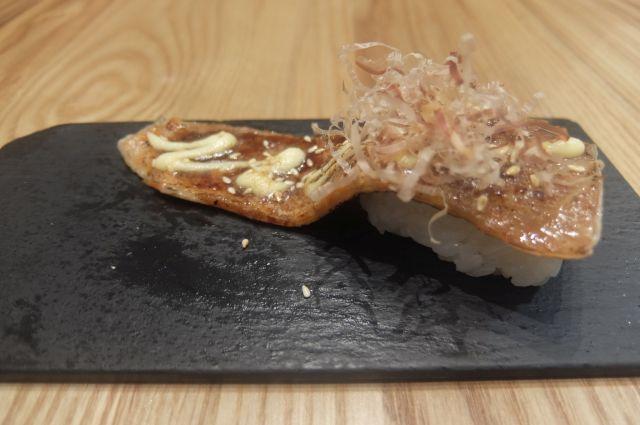 箸休めにサーモンの皮を贅沢に使った寿司。中国はサーモンの皮のつまみとか、よく食べているので中国人としてもきっとアリ。 個人的にはあまり日本では見かけないけど、トロトロにしてかば焼きのたれとマヨネーズで甘くした逸品。