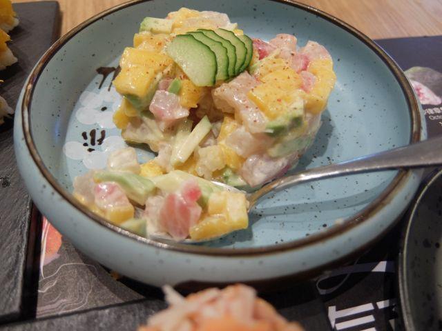 ハート型の「三文魚塔塔(サーモンタルト)」。 日本のサーモンタルトとは一味違う。ハートの型にマヨネーズ味のサーモンとマンゴー、きゅうりを押し込んだ。触ると崩れるブロークンハート。銀シャリが欲しい。。。