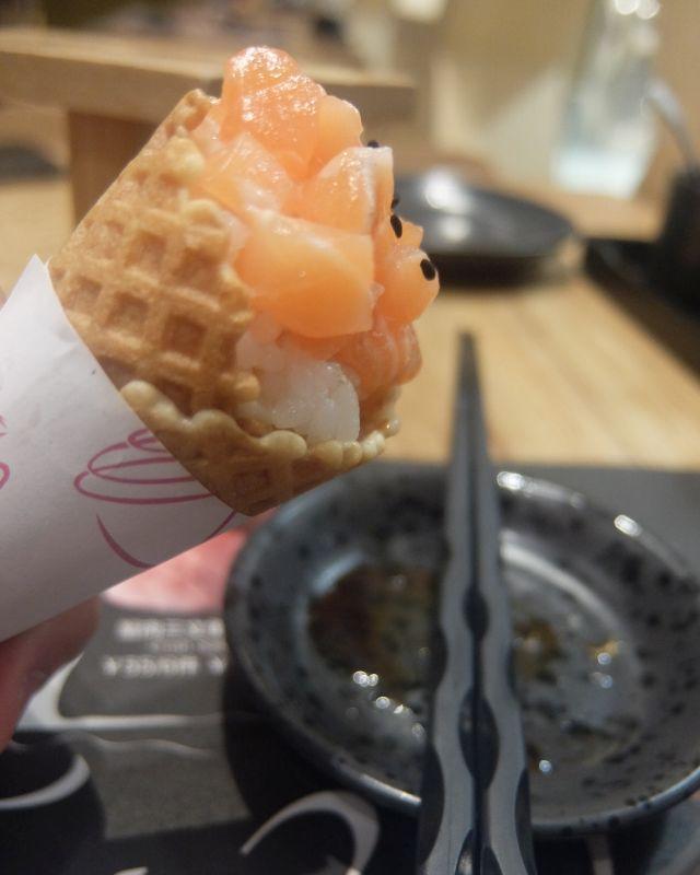 〆にサーモン寿司アイスクリーム(18元) 「アイスではないですよ」と店員さんに前置きされ、注文してみればコーンの中にサーモンとマンゴー混じりの銀シャリが入る。コーンとマンゴーと醤油による未体験の不協和味。寿司経験がなければありなのかも?
