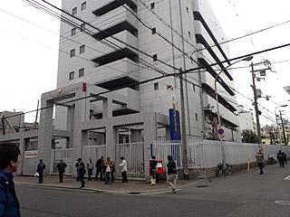 なぜか要塞化している西成警察署。