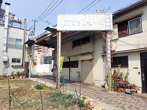昔はチーマーとかもいたであろうセンター街。阪神淡路大震災の影響なのか、取り壊されている建物も多い。
