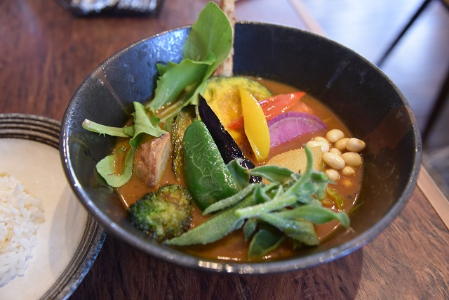 「SAMURAI.」の野菜スープカレー。素揚げした14品目の野菜がどっさり